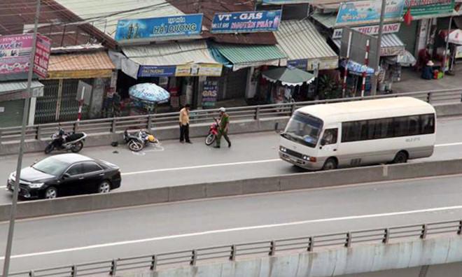 Va chạm giao thông, cụ ông bị hất văng từ cầu vượt xuống đất 1