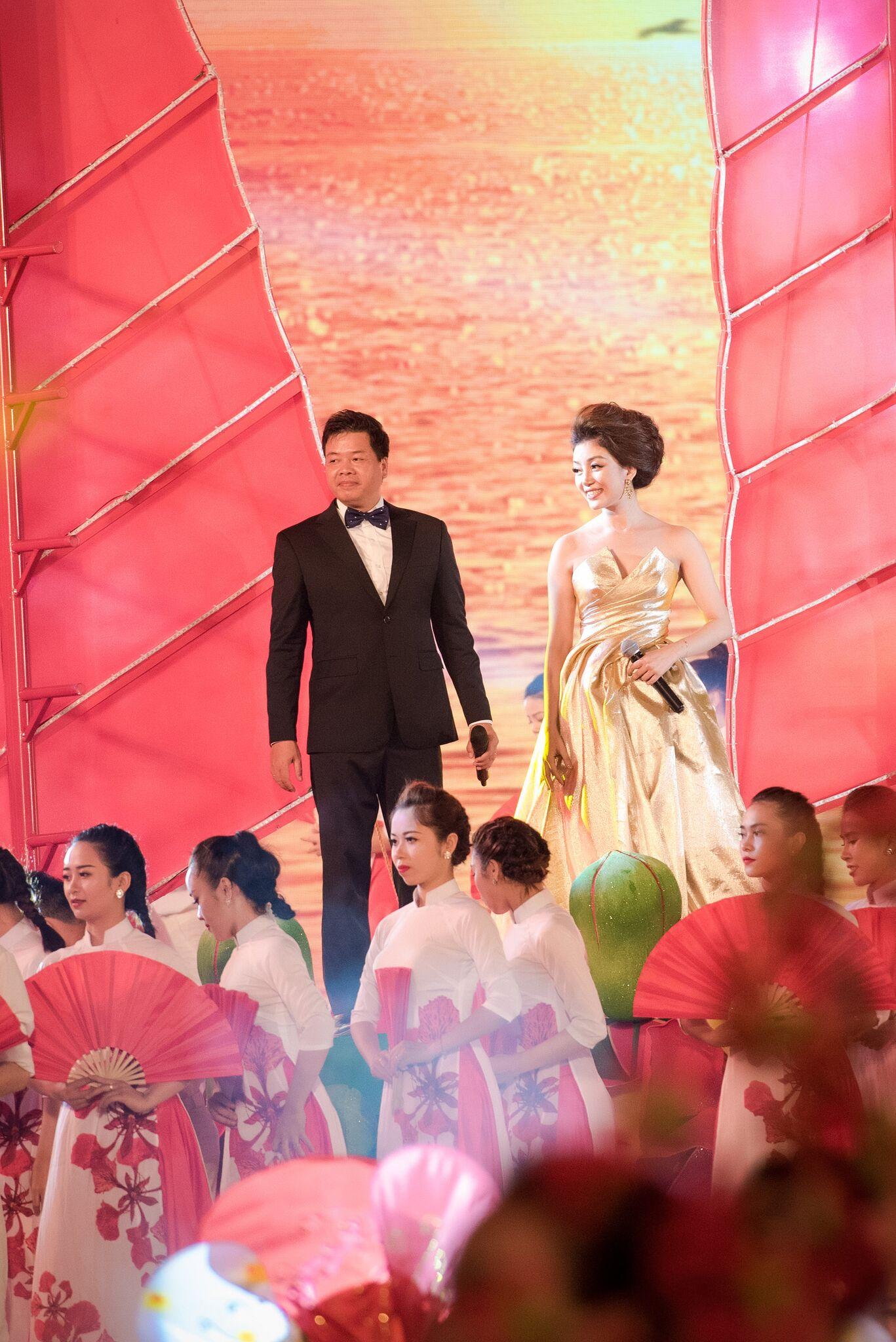 Phạm Thu Hà lộng lẫy trên sân khấu đất Cảng 2
