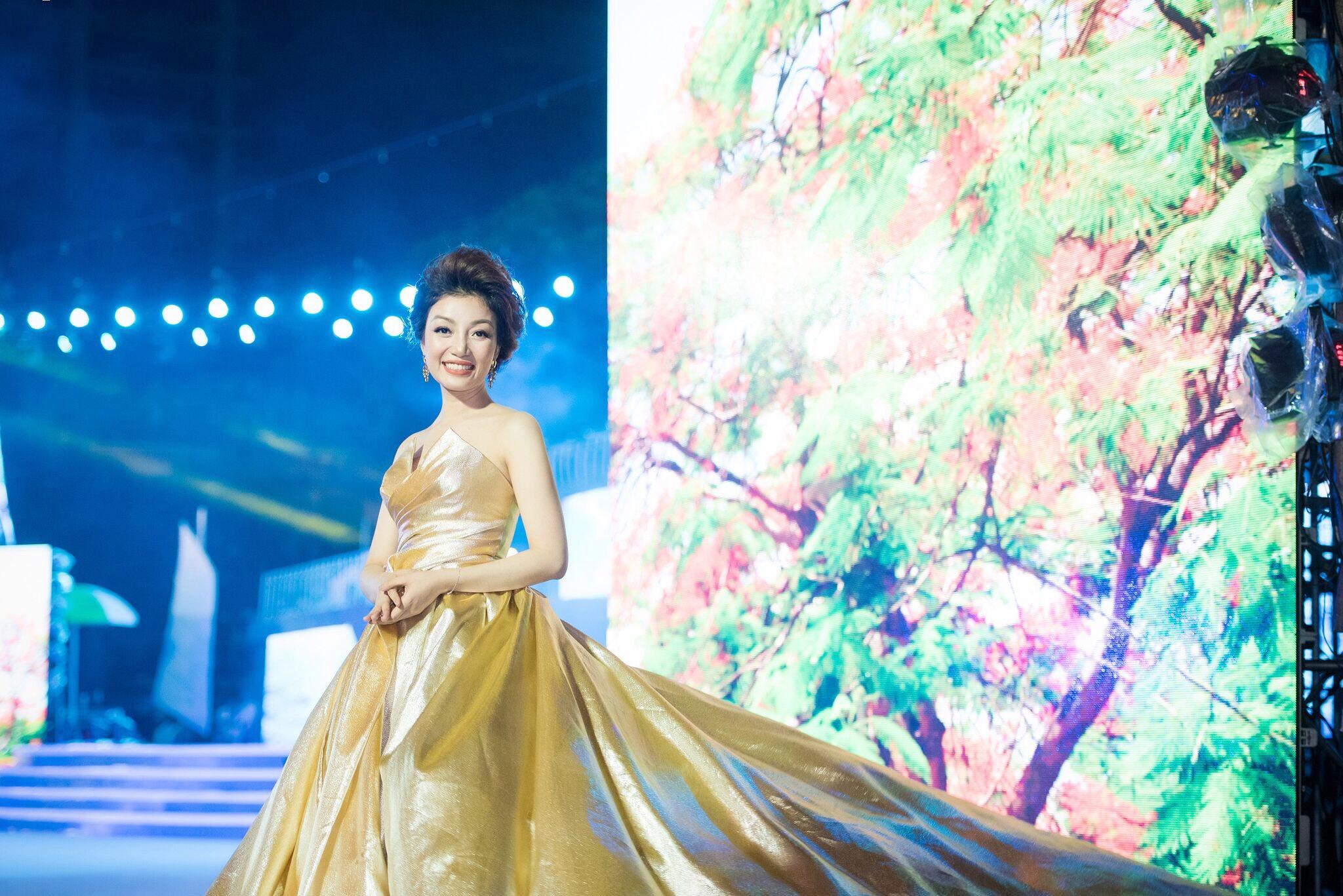 Giải trí - Phạm Thu Hà lộng lẫy trên sân khấu đất Cảng