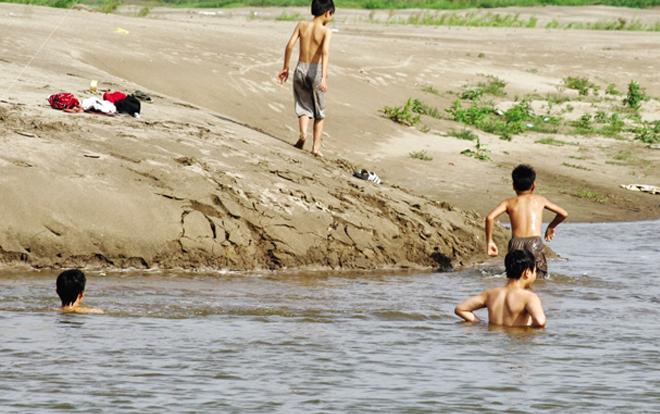 3 học sinh đuối nước thương tâm khi bắt nòng nọc dưới ao 1