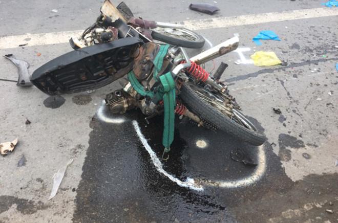 Ô tô tông liên hoàn 3 xe máy, 6 người thương vong 2