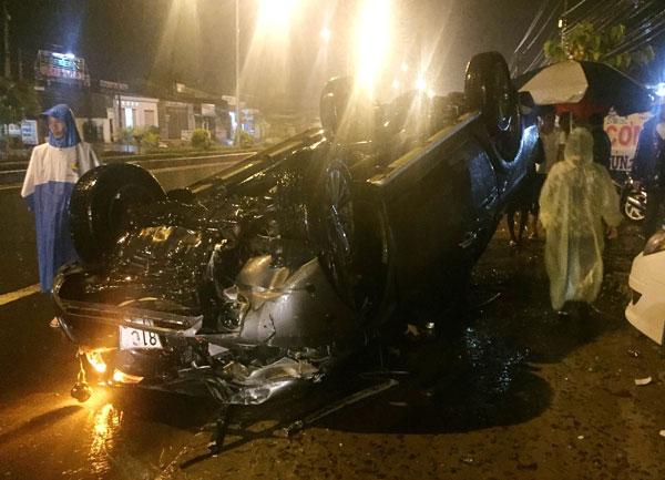Xe bán tải chở người đi cấp cứu tông liên hoàn, nữ sinh chết thảm 1