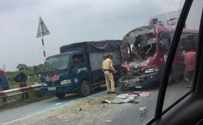Xe khách đâm đuôi xe tải trên cao tốc, người dân cạy cửa cứu tài xế 2