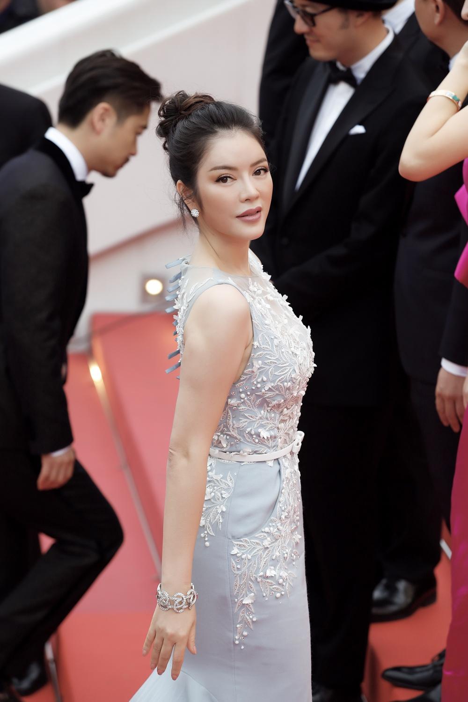 Lý Nhã Kỳ diện cây hàng hiệu 4 tỷ kiêu sa trên thảm đỏ LHP Cannes ngày 2 2
