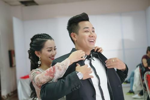 Hình ảnh Nguyên Khang thân thiết như tình nhân với nữ MC xinh đẹp VTV số 5