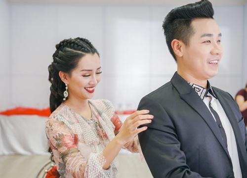 Hình ảnh Nguyên Khang thân thiết như tình nhân với nữ MC xinh đẹp VTV số 7