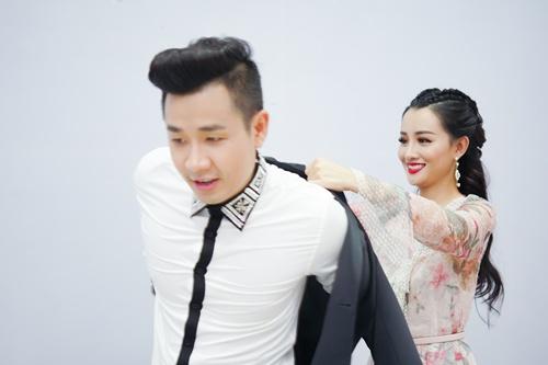 Hình ảnh Nguyên Khang thân thiết như tình nhân với nữ MC xinh đẹp VTV số 4