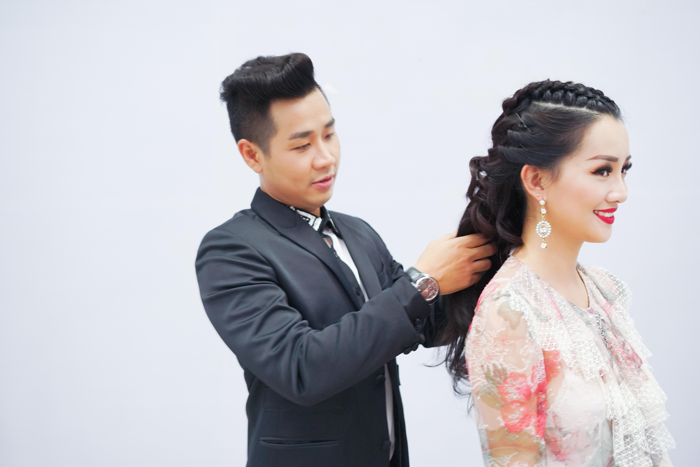 Hình ảnh Nguyên Khang thân thiết như tình nhân với nữ MC xinh đẹp VTV số 9