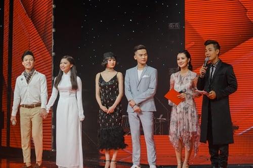Hình ảnh Nguyên Khang thân thiết như tình nhân với nữ MC xinh đẹp VTV số 11