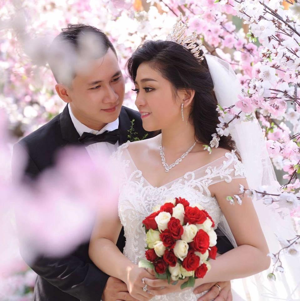 Hình ảnh Kim Tử Long cùng 2 người vợ rạng rỡ đưa con gái về nhà chồng số 5