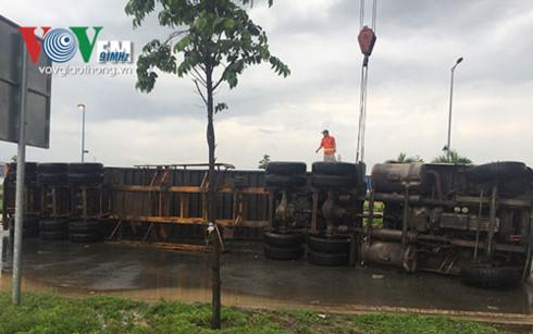 Xe container lật nhào trong cơn mưa lớn 1