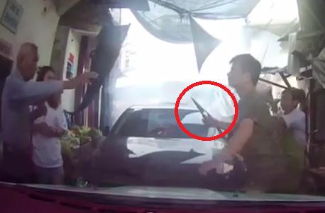 Không nhường đường, nữ tài xế bị nam thanh niên húc đầu xe rút dao đe dọa 1
