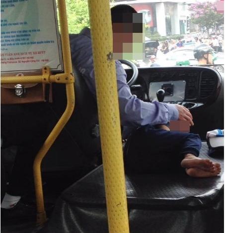 Bức ảnh hai cha con tài xế xe buýt khiến nhiều người cảm động 1