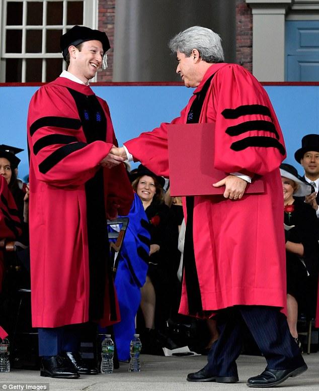 Hình ảnh Ông chủ Facebook nhận bằng tốt nghiệp sau 12 năm bỏ học số 2