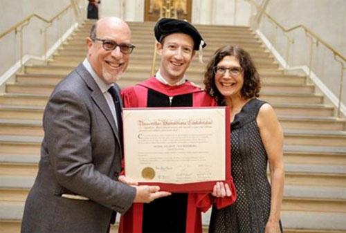 Hình ảnh Ông chủ Facebook nhận bằng tốt nghiệp sau 12 năm bỏ học số 1