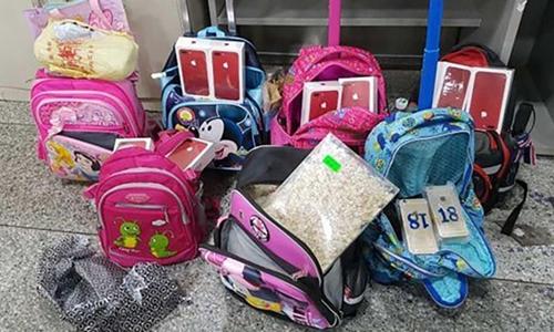 10 học sinh tiểu học bị lừa buôn lậu hàng trăm điện thoại đắt tiền 1