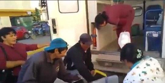 Sản phụ liên tiếp bị nhân viên y tế đánh rơi xuống nền bê tông khi đang cấp cứu 1