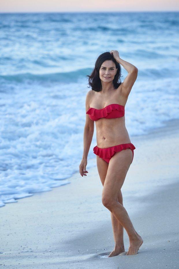 Bà lão 70 tuổi gây khoe thân hình nóng bỏng trên bãi biển 5