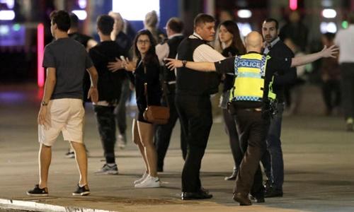 London: Lao xe và tấn công bằng dao liên tiếp tại ba địa điểm 1
