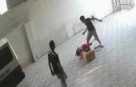 Nghệ An: Làm rõ nghi án bà chủ nhà xe bị côn đồ hành hung 1