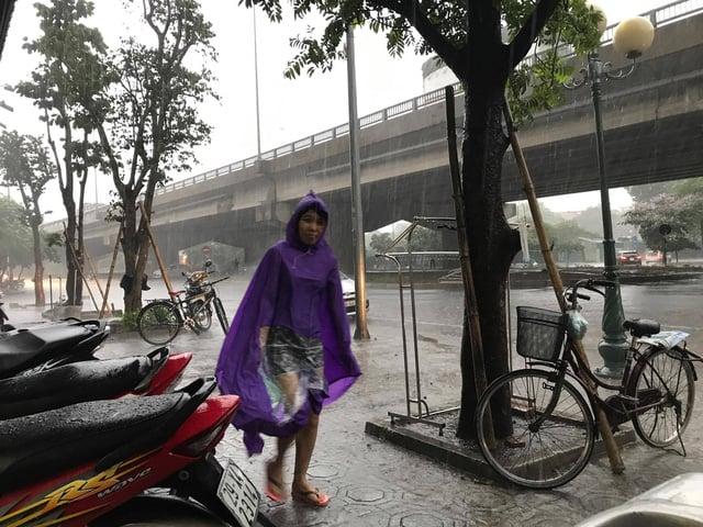 Hà Nội đón mưa giông, xóa tan trận nắng nóng lịch sử trong 46 năm 1