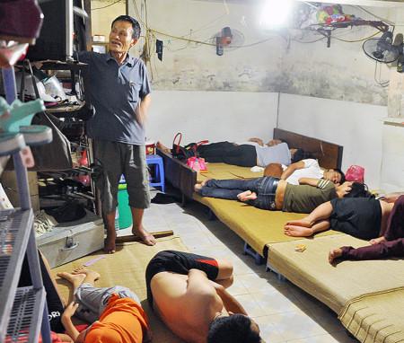 Bên trong phòng trọ điều hòa giá 15.000 đồng trong nắng đổ lửa ở Hà Nội 6