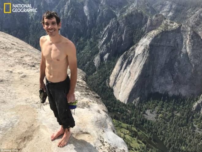 Thanh niên liều mạng, tay không leo núi đá dựng đứng 900 m thành công 2