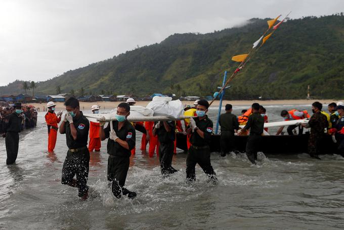 Chùm ảnh: Đưa thi thể nạn nhân máy bay Myanmar rơi vào bờ nhận dạng 3