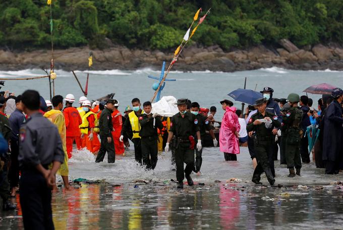 Chùm ảnh: Đưa thi thể nạn nhân máy bay Myanmar rơi vào bờ nhận dạng 4