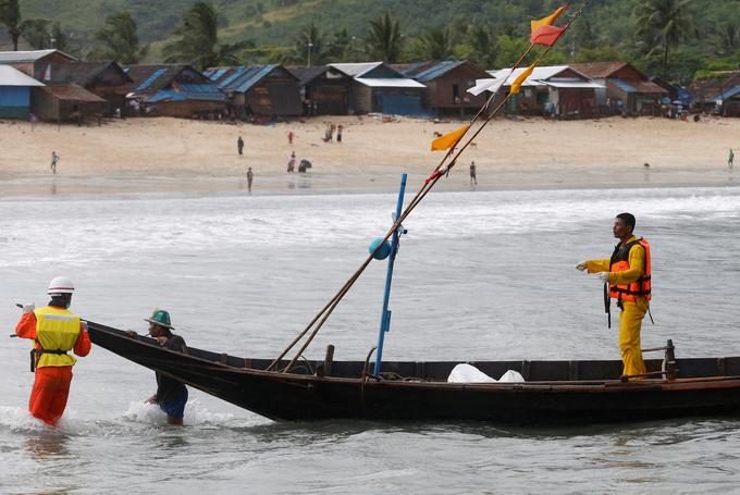 Chùm ảnh: Đưa thi thể nạn nhân máy bay Myanmar rơi vào bờ nhận dạng 6