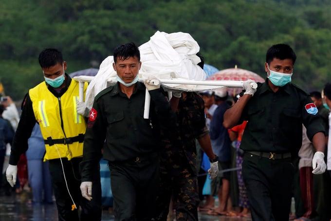 Chùm ảnh: Đưa thi thể nạn nhân máy bay Myanmar rơi vào bờ nhận dạng 2
