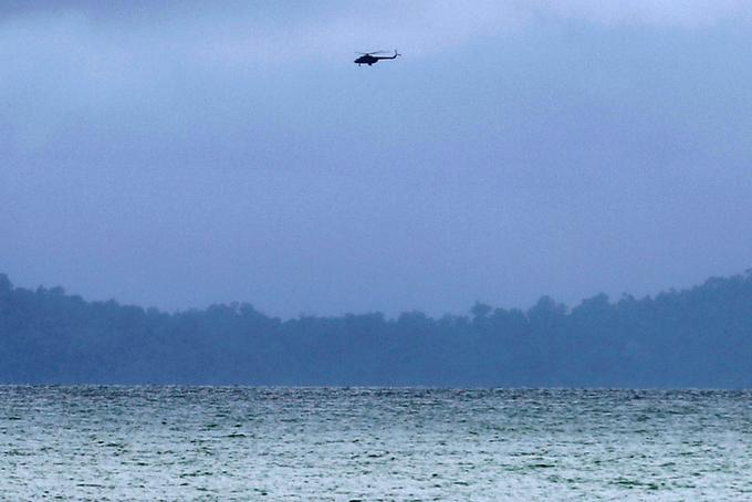 Chùm ảnh: Đưa thi thể nạn nhân máy bay Myanmar rơi vào bờ nhận dạng 7