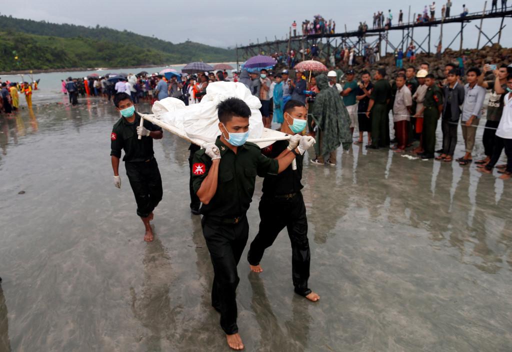 Chùm ảnh: Đưa thi thể nạn nhân máy bay Myanmar rơi vào bờ nhận dạng 5