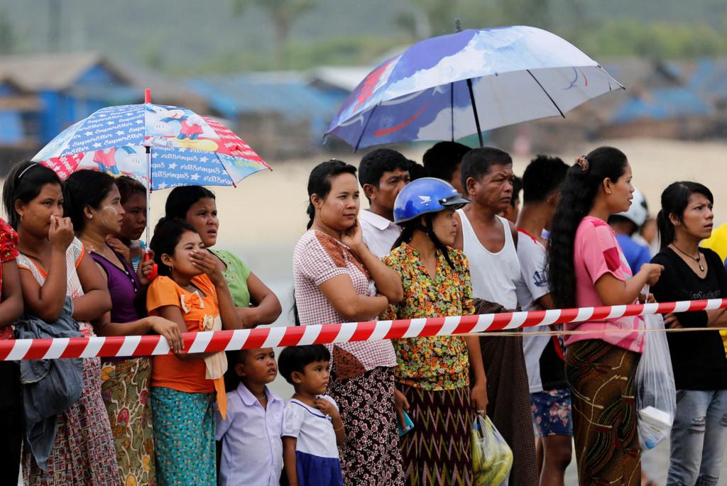 Chùm ảnh: Đưa thi thể nạn nhân máy bay Myanmar rơi vào bờ nhận dạng 8