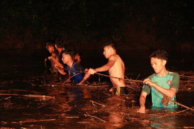 Hàng trăm người lặn ngụp trong đêm tìm 3 học sinh bị nước cuốn mất tích 1