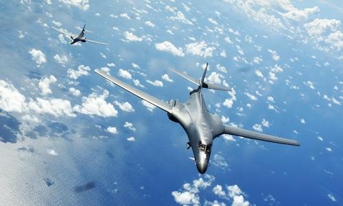 Hình ảnh Máy bay ném bom, tàu chiến Mỹ diễn tập ở Biển Đông số 1