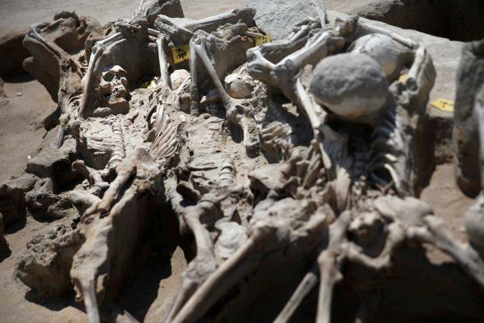 Phát hiện 80 bộ xương người bị trói tay bằng xích ở Hy Lạp 2
