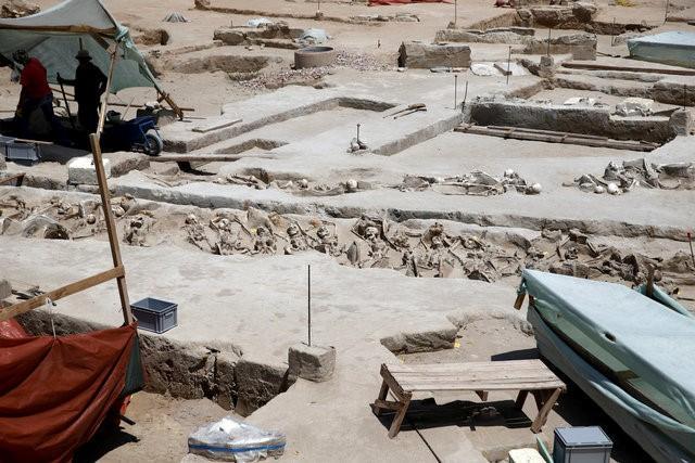 Phát hiện 80 bộ xương người bị trói tay bằng xích ở Hy Lạp 4