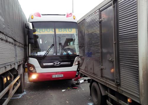 Xe khách chở 40 người gây tai nạn liên hoàn trên Quốc lộ 1 1