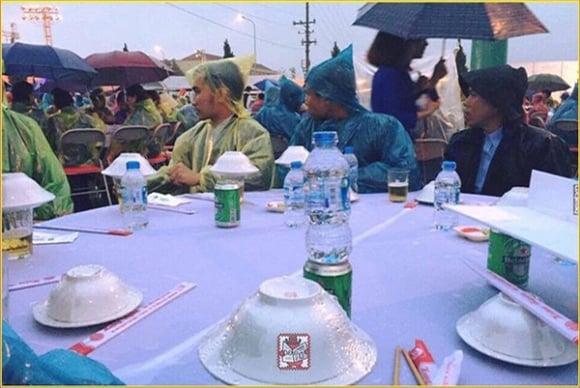 Hưng Yên: Đám cưới có 102 quan khách mặc áo mưa ngồi ăn tiệc 2