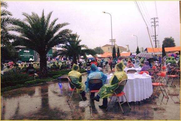 Hưng Yên: Đám cưới có 102 quan khách mặc áo mưa ngồi ăn tiệc 1
