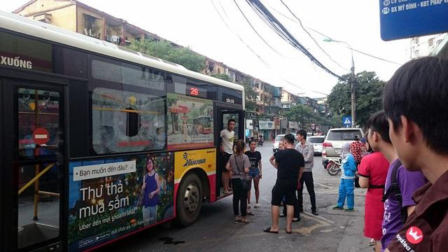 Nam thanh niên giận bạn gái ném gạch vỡ kính xe buýt khiến 1 hành khách phải nhập viện 1