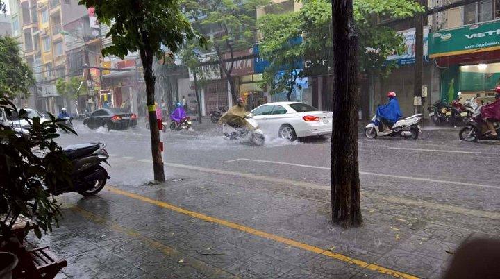 Hình ảnh Hà Nội mưa lớn kèm gió lốc, đường phố ngập như sông số 1