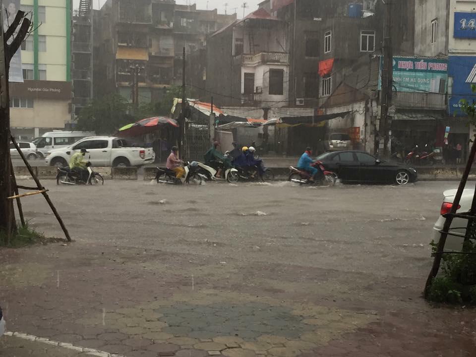 Hình ảnh Hà Nội mưa to, nhiều nơi ngập sâu, giao thông xáo trộn số 2