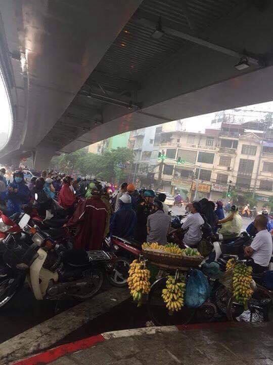 Hình ảnh Hà Nội mưa to, nhiều nơi ngập sâu, giao thông xáo trộn số 5