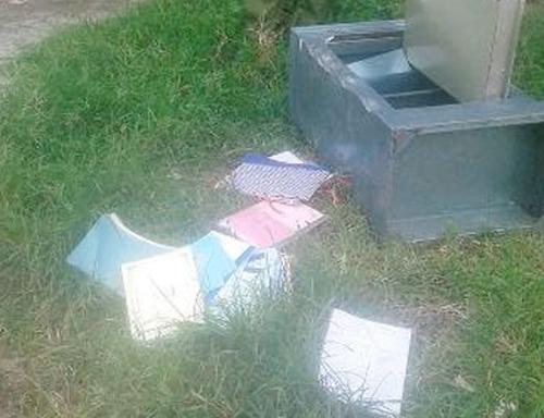Két sắt của huyện ủy bị vứt chỏng chơ bên đường, mất 50 triệu 1