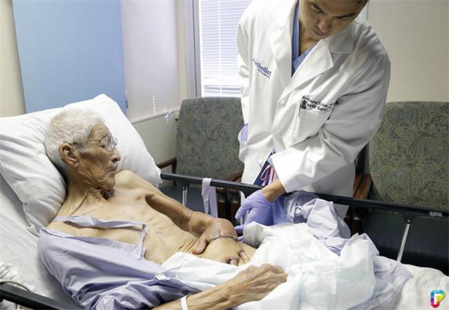 Cụ ông 87 được bác sĩ khâu tay vào bụng và điều kỳ diệu đã xảy ra 2