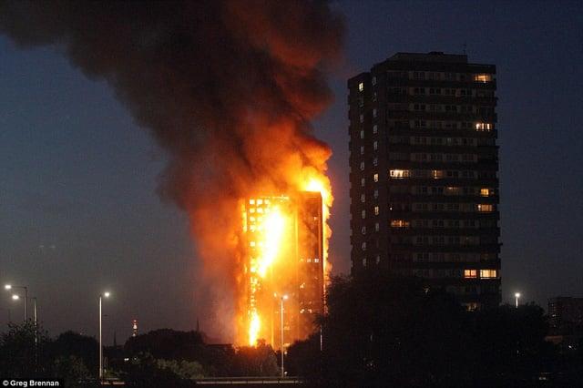 Hình ảnh Tháp 27 tầng ở London chìm trong biển lửa, nhiều nạn nhân kêu gào cầu cứu số 2