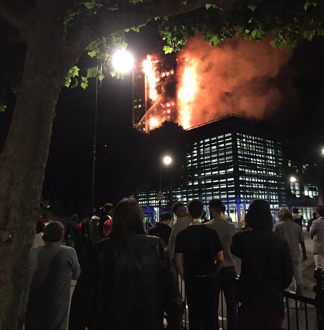 Hình ảnh Tháp 27 tầng ở London chìm trong biển lửa, nhiều nạn nhân kêu gào cầu cứu số 4