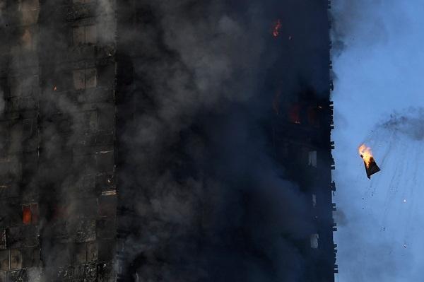 Cháy tháp 27 tầng ở London: Cảnh sát xác nhận nhiều người thiệt mạng, lo ngại tháp đổ sập 1